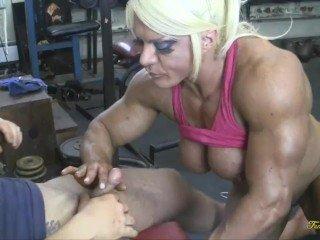 Weiblicher Bodybuilder wird gefickt