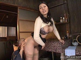mädchen hausaufgaben machen und essen pussy